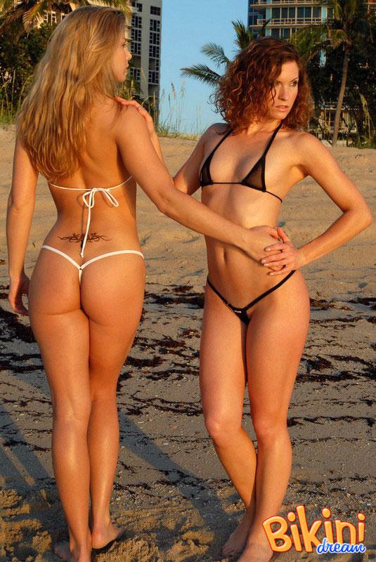 девушки в мини бикини показывают попки грудастая бабенка